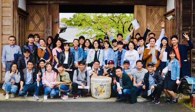 千葉県の酒蔵の前で集合写真